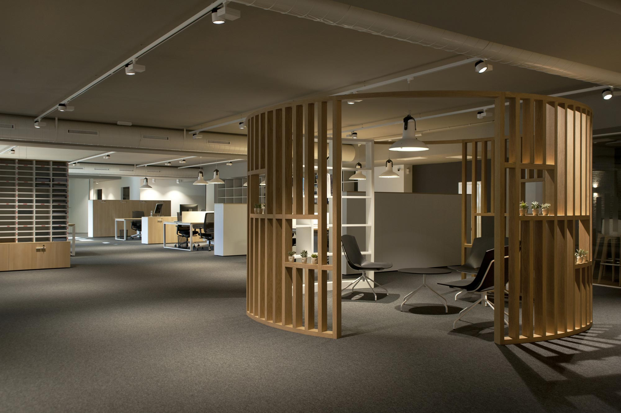 Insertec offices equiped with several enea 39 s seating for Interiorismo oficinas